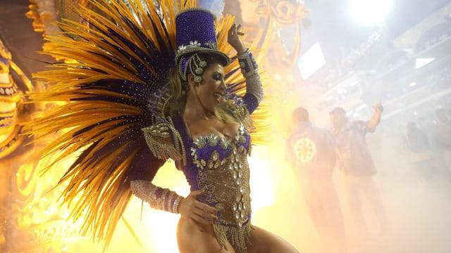 Frau im Samba-Outfit zeigt viel Haut.
