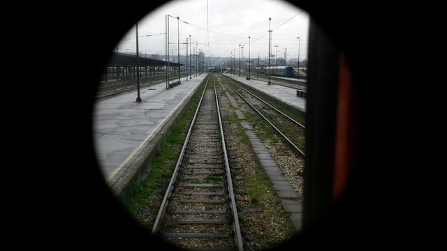 Blick auf die Gleise aus dem hintersten Wagen eines Zugs in Belgrad.