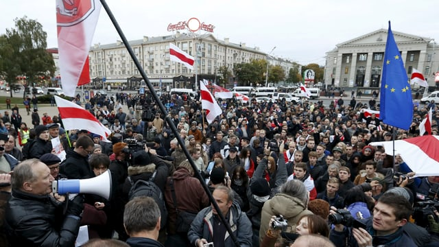 Demonstranten auf einem Platz