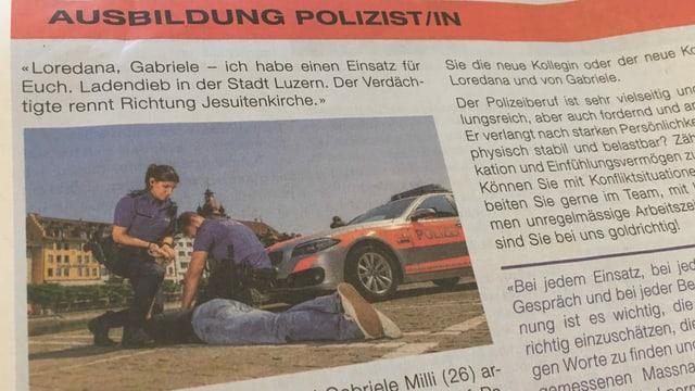 Inserat der Luzerner Polizei: Zwei Polizisten halten einen Mann fest, eine Polizistin drückt ihn mit dem Knie auf den Boden.