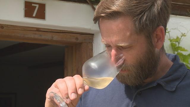 Aron Candrian è fitg cuntent cun il vin da Sagogn.