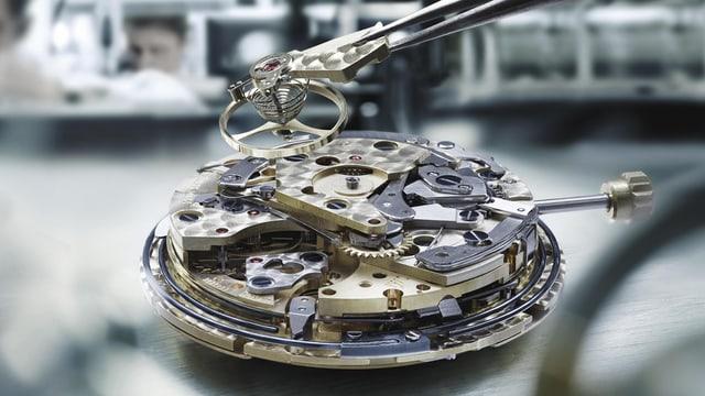 Offenes Uhrwerk einer Armbanduhr
