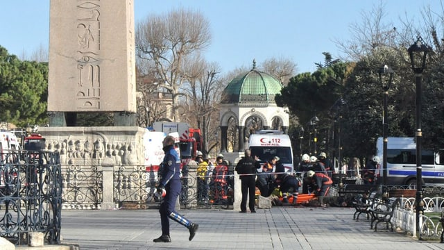plazza da Istanbul, in policist va sperasvi, davostiers s'occupan sanitars d'ina unfrenda