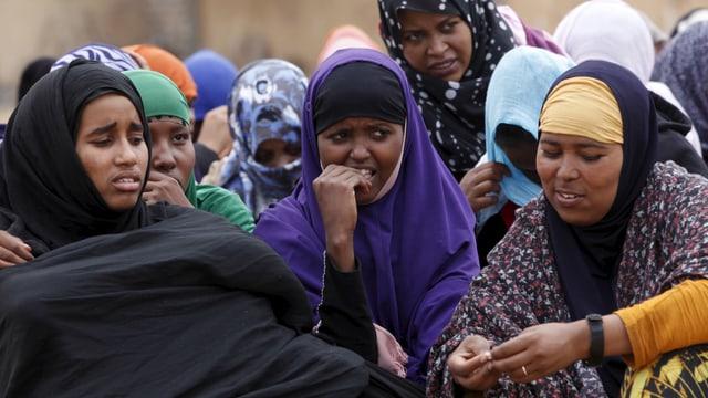 Eine Gruppe von weiblichen Flüchtlingen in einem Auffanglager bei Tripolis.