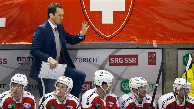 Patrick Fischer, il trenader da l'equipa naziunala da hockey sin glatsch cun ina part da si'equipa