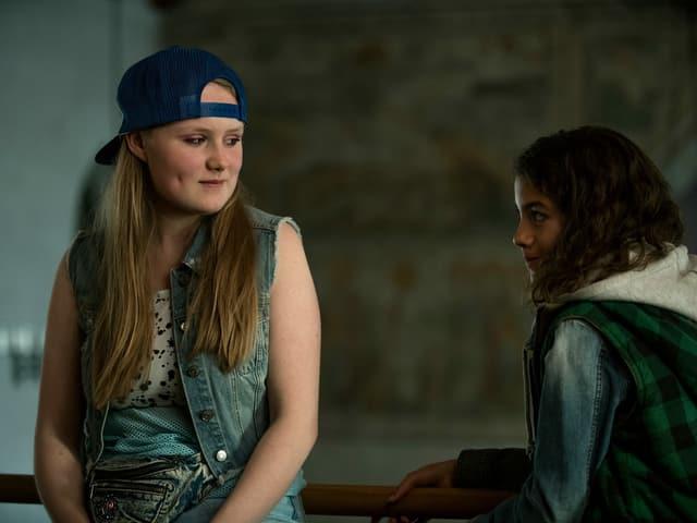 Lola (Anouk Petri) nimmt sich Mia rührend an.