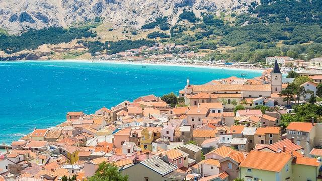 Dorf vor Meer und Strand