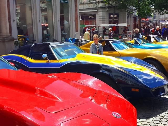 Blick auf eine Reihe parkierter Porsches