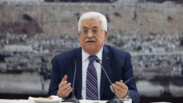 Mahmud Abbas sitzt hinter Mikrofonen
