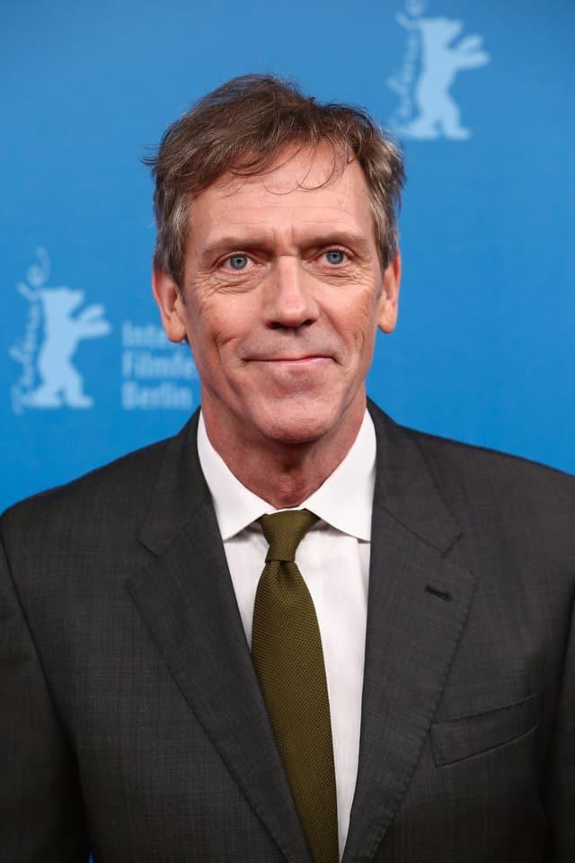 Ein frontales Porträtbild von Schauspieler Hugh Laurie.