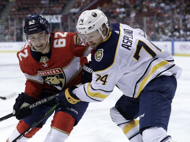 Floridas Denis Malgin (l.) und Buffalo-Center Rasmus Asplund.