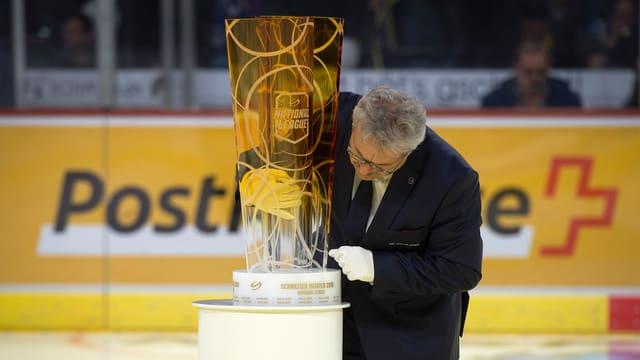 Der Meisterpokal der Schweizer Eishockeymeisterschaft steht auf einem Sockel.