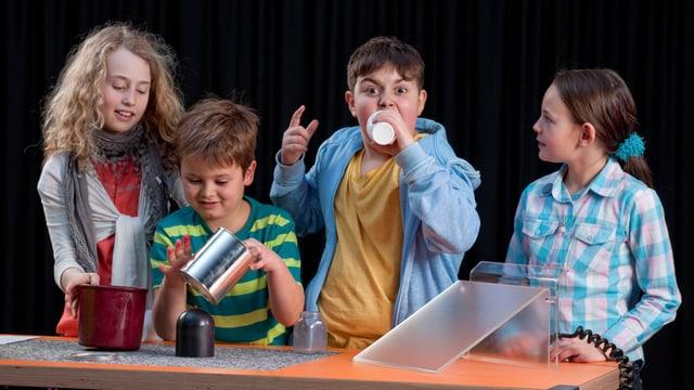Vier Kinder experimentieren mit verschiedenen Klanggefässen in der neuen Sonderausstellung des Technoramas.