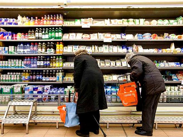 Zwei Kunden vor dem Kühlregal in der Migros