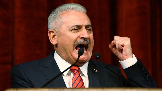 Binali Yildirim gestikuliert während einer Rede.