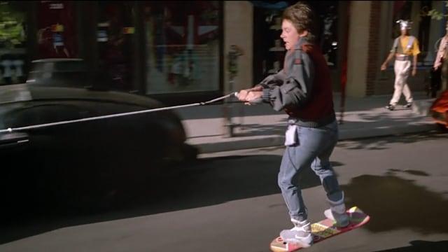 Ein Junge schwebt mittels eines Skateboards ohne Räder.