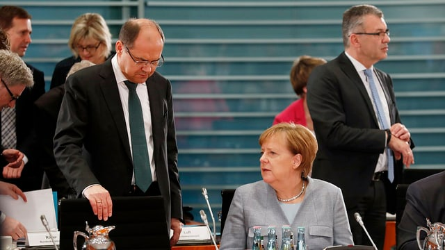 Bundeskanzlerin Angela Merkel spricht mit Landwirtschaftsminister Christian Schmidt.