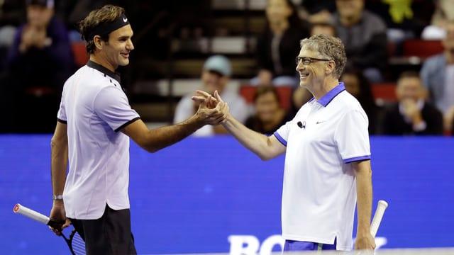 Federer und Gates spielen Tennis.