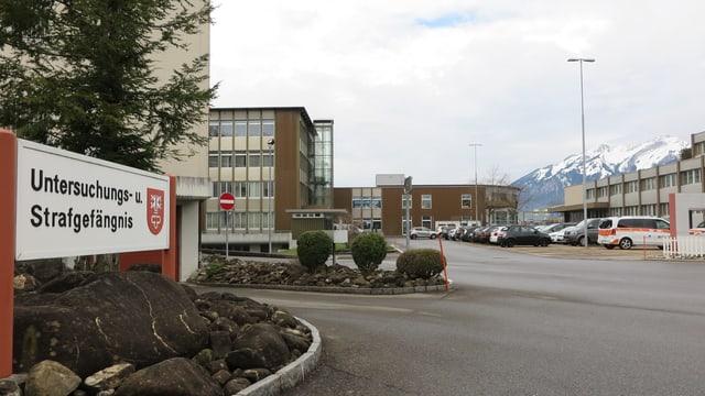 Industrieareal mit verschiedenen Nutzungen - von Gefängnis über Polizei zu Verkehrszentrum.