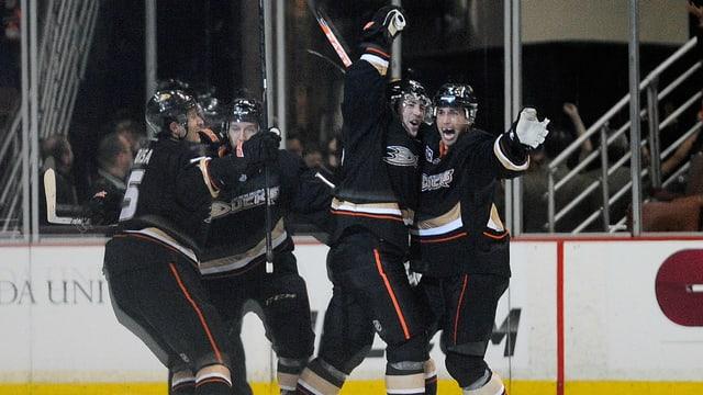Die Anaheim Ducks bejubeln den Siegtreffer in der Verlängerung.