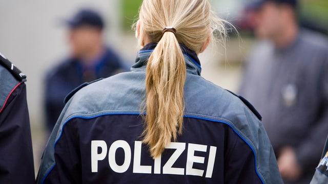 Polizistin von hinten.