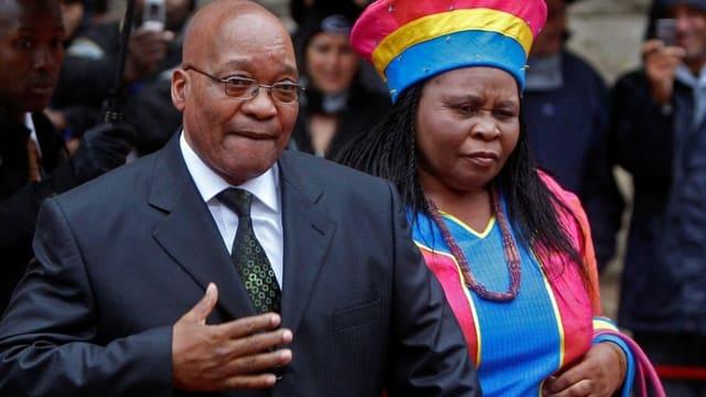 Zuma mit einer seiner Frauen