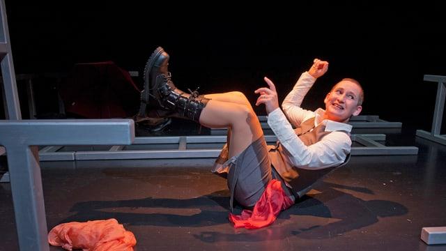 Annette Windlin auf der Bühne in einer Rolle.