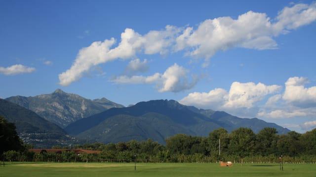 Quellwolken über den Tessiner Bergen.