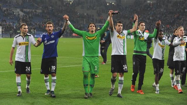 Die Spieler von Borussia Mönchengladbach lassen sich von den Fans feiern.