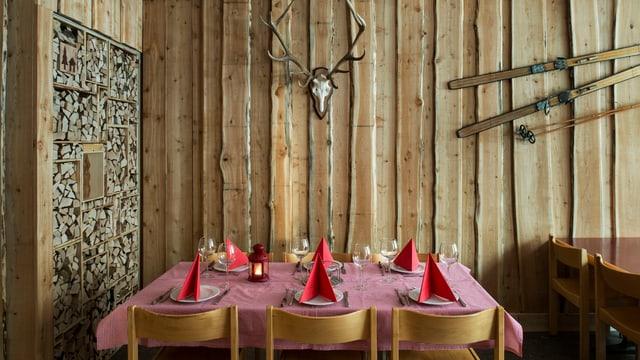 Holzraum mit gedecktem Holztisch
