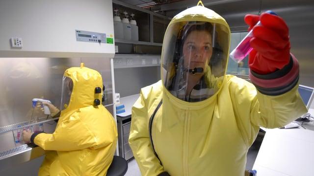 Experten im Hochsicherheitslabor von Marburg analysieren mit ihren Geräten gefährliche Erreger von Krankheiten.