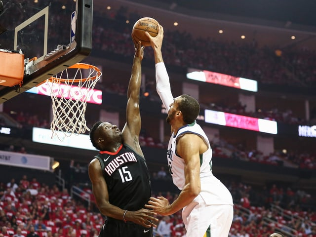 Clint Capela (l.) und seine Houston Rockets.