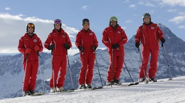 Skilehrer im roten Dress.