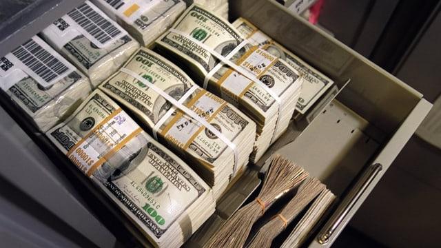 truchet cun plunas da notas da dollar