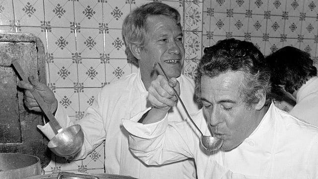 Henri Gault (links) und Christian Millau in einem Pariser Restaurant im Dezember 1977.