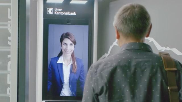 Eine Bankberaterin erscheint auf einem Videobildschirm und berät den Kunden aus der Ferne.