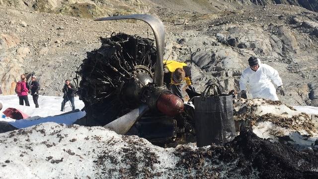 Motor und Flugzeugrotor auf Gletscher, Teile eines Wracks.
