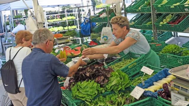 Szene an Gemüsemarktstand