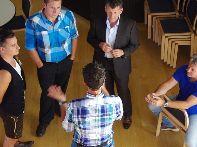 Andreas Gabalier, Jörg Abderhalden, Semino Rossi, Marco Rima und Roman Kilchsperger stehen in einem Kreis.