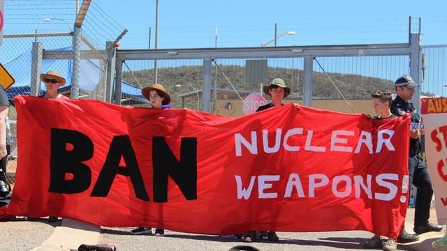 activists cun banner che pretenda da bandischar armas atomaras