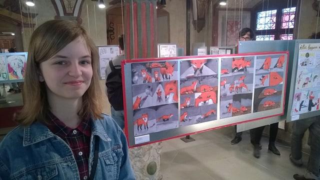 junge Frau vor einer Bildergeschichte mit roten Füchsen