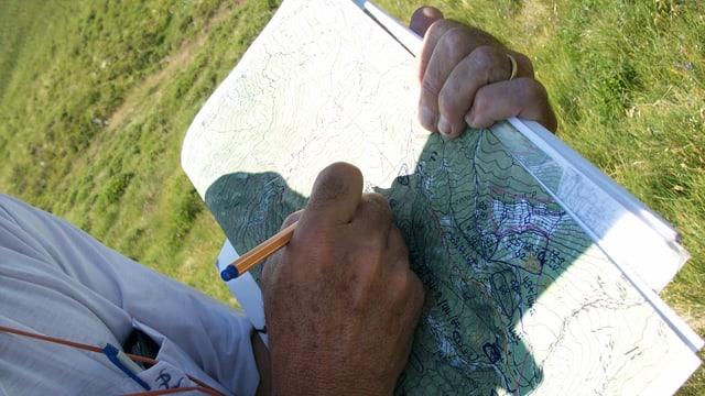 Gregor Canova dissegna en sin la charta nua ch'i dà tge qualitad da biodiversitad sin l'alp da Siat.