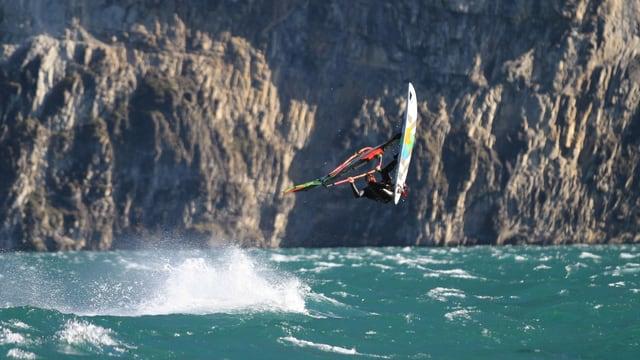 Föhn mit Windstärke 7  am Urnersee, Surfer in Aktion