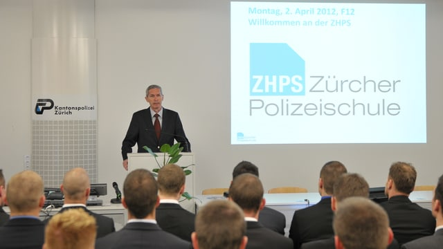 Direktor Kurt Hügi begrüsst Aspirantinnen und Aspiranten in der Zürcher Polizeischule zum ersten Lehrgang