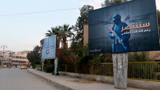 Symbolbild: Eine Strasse ohne Vekehr, am Rand hängt ein grosses Plakat mit einem maskierten Bewaffneten und Kampfflugzeugen im Hintergrund.