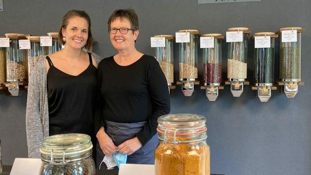 Zwei Frauen stehen in einem Laden