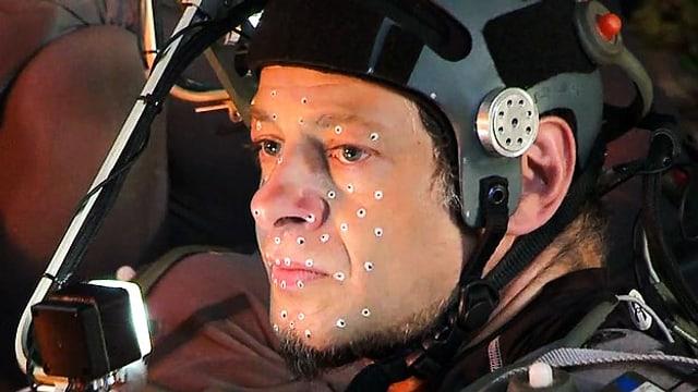 Andy Serkis mit Helm und Punkten im Gesicht