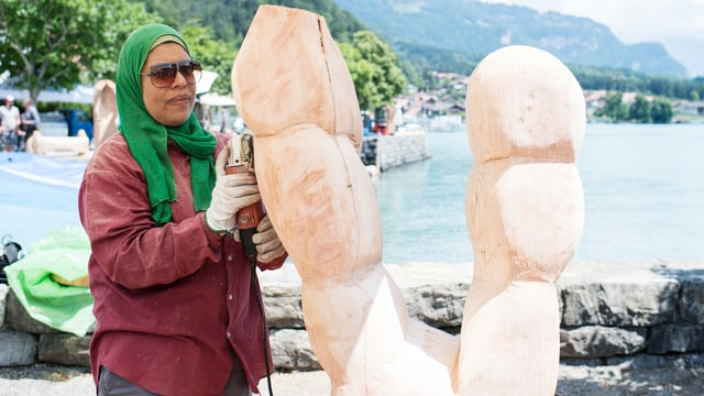 Eine Frau schleift Holz