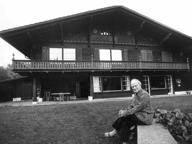 Yehudi Menuhin, Violonist und Dirigent, sitzt vor seinem Haus im Berner Oberland, 1979.