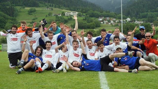 Foto da squadra suenter promoziun en la 2. liga il 2013.